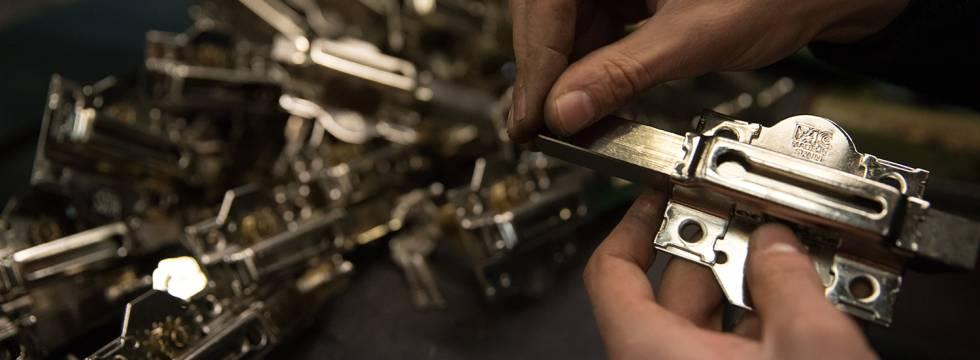 La combinación entre un cerrojo y una llave de cilindro en 1931 fue la primera patente de FAC y la base de su éxito.