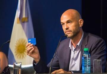El ministro de Transporte, Guillermo Dietrich, muestra la tarjeta SUBE.
