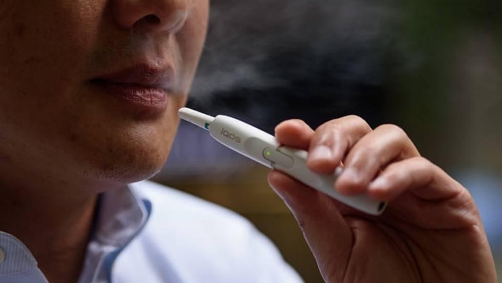 Un fumadora con un cigarrillo electrónico.