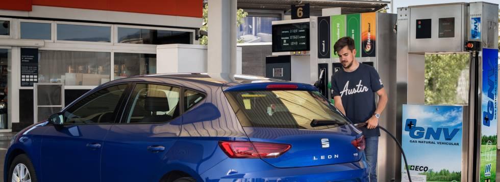 Repostaje de un vehículo a gas en una estación de servicio.