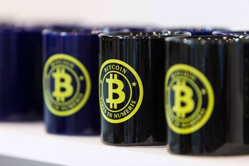 Tazas con el símbolo de bitcoin en París.