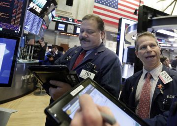 Wall Street se desploma y el Dow Jones registra la mayor caída en puntos de su historia