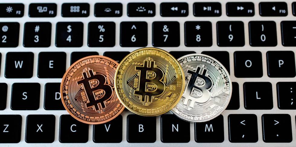 Una representación de bitcoins en una tienda de la ciudad israelí de Tel Aviv