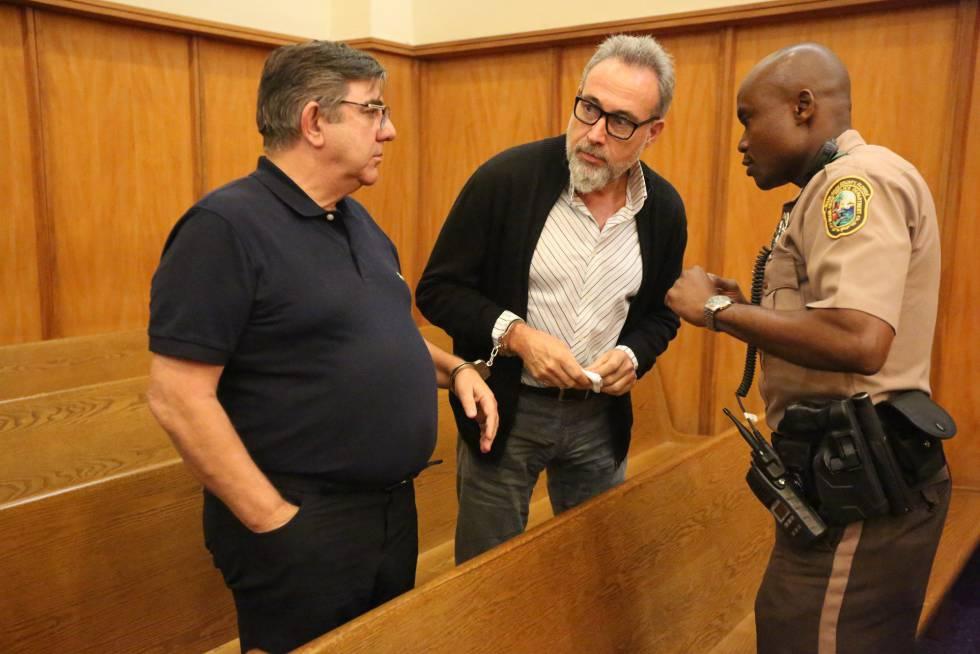 Luis Riu, en el centro de la foto, esposado al ejecutivo de RIU Alejandro Sánchez del Arco, en una corte de Miami.