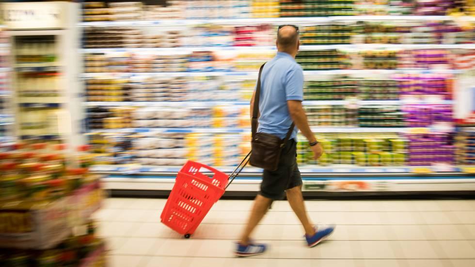 Un cliente en un supermercado de Santiago de Compostela.