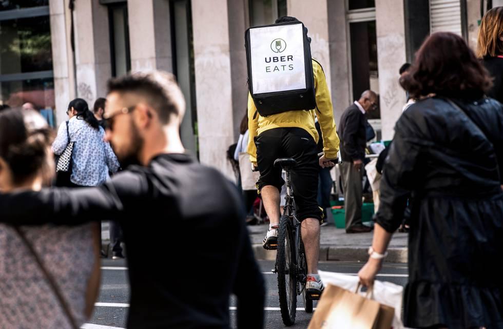 Un repartidor de Uber Eats circula por Lille (Francia).