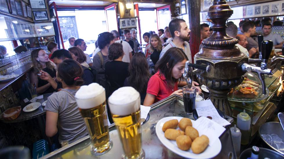 Cervezas en la barra de un bar de Madrid.