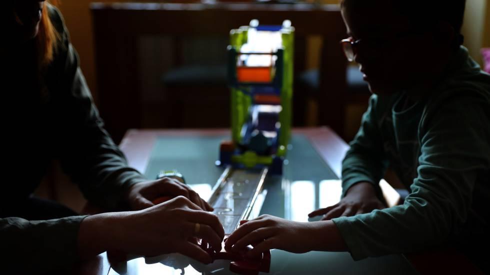 Una madre juega con su hijo dependiente, con una discapacidad reconocida del 47%.
