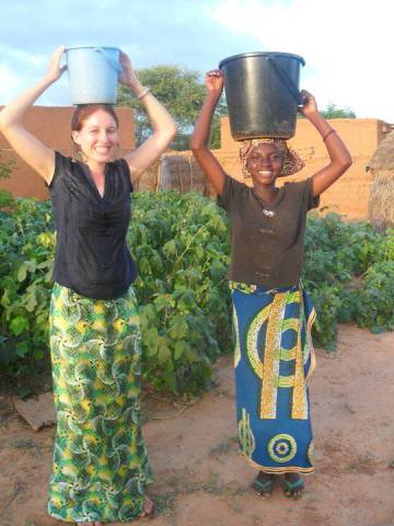Lisa Curtis, fundadora de Kuli Kuli, y una agricultora ganesa.