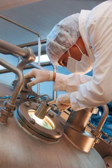 Un empleado de Sancor revisa un lote de leche en una de sus fábricas.