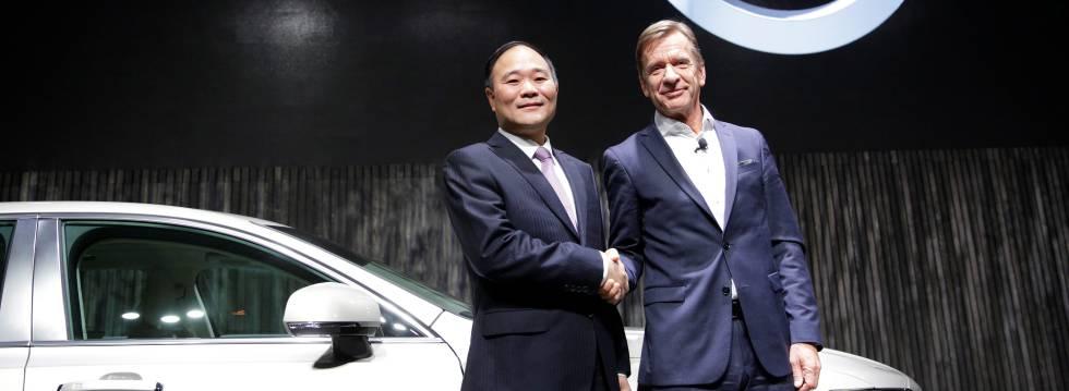 Li Shufu (izquierda), presidente de Geely, con Hakan Samuelsson, consejero delegado de Volvo.