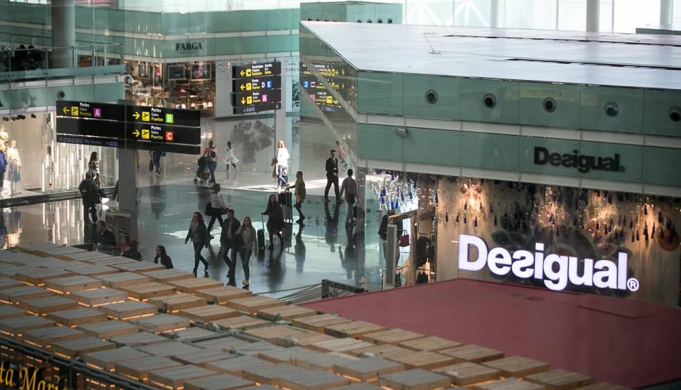 cb69cc4cd Tienda de Desigual en el aeropuerto de Barcelona.