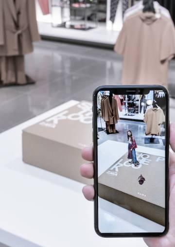 Imagen de realidad aumentada en el móvil sobre una caja de Zara