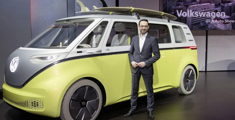 Christian Senger ante el prototipo I.D. Buzz, que llegará al mercado en 2022.