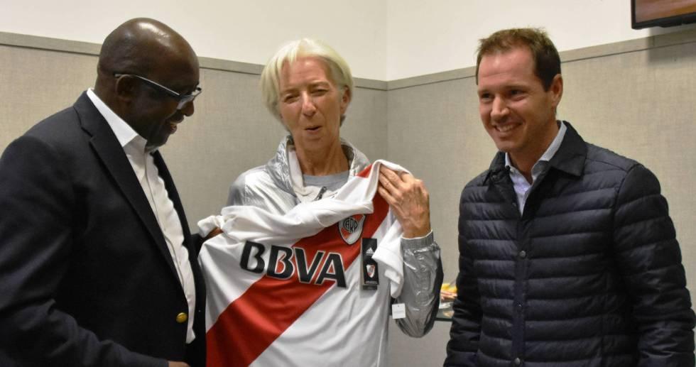 Lagarde posa con la camiseta del River Plate en Buenos Aires.