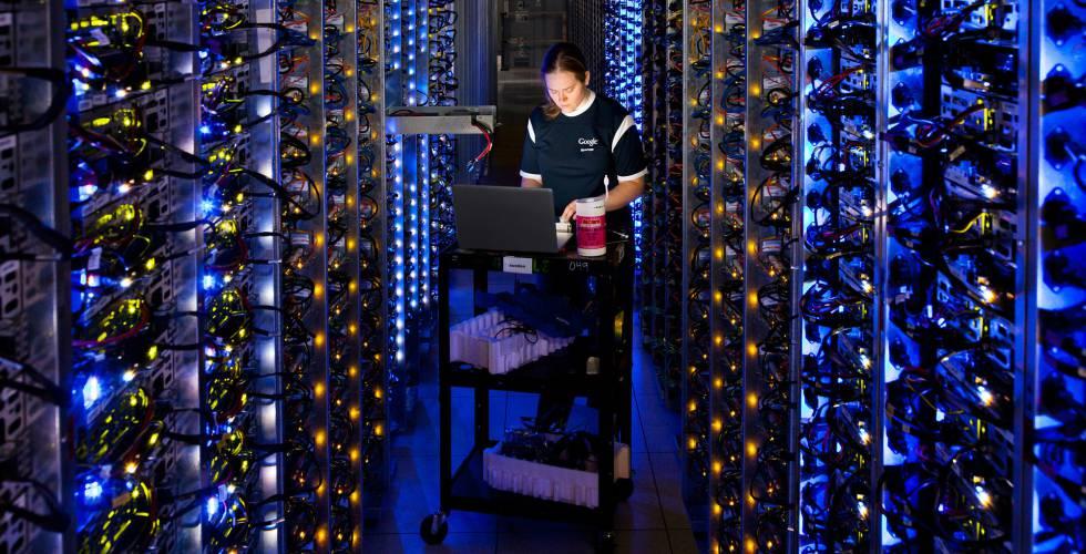 17befe8518b Funcionária no centro de dados do Google em The Dalles (Oregon