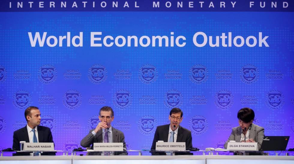 Economistas del FMI durante la presentación de la previsiones