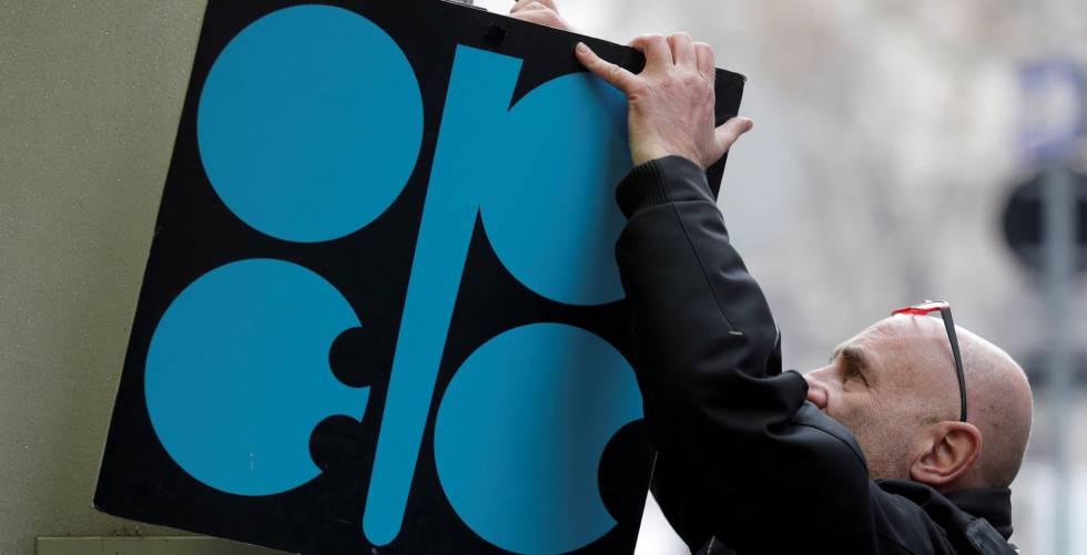 Cartel con el logo de la OPEP colgado en la sede del cartel de productores de petróleo en Viena (Austria).