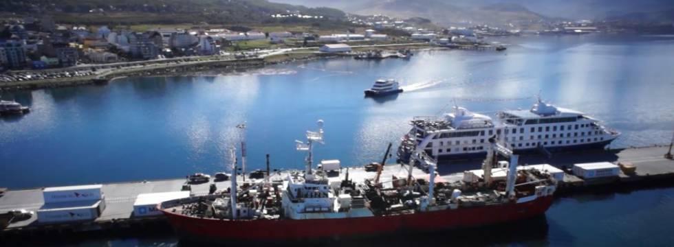 El arrastrero 'Echizen Maru', que opera para Newsan Food, en el puerto de Ushuaia, en Tierra de Fuego (Argentina).