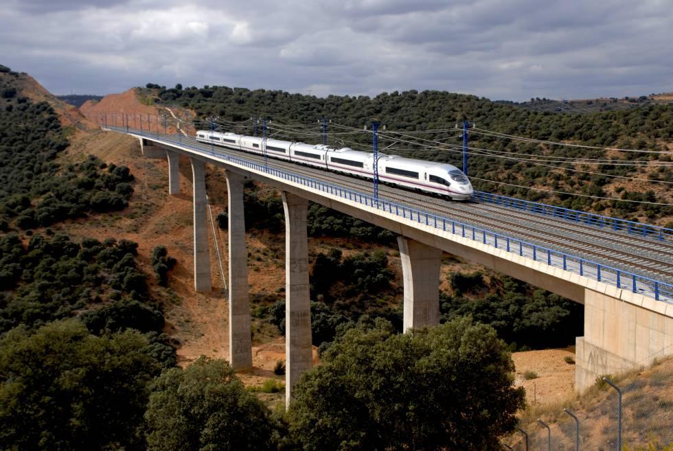 Un AVE que circula por la línea Madrid-Barcelona-frontera francesa, construida por Acciona.