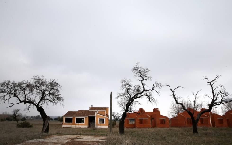 Varias de las viviendas de lo que debería haber sido un complejo de lujo en Villamayor de Calatrava (Ciudad Real).
