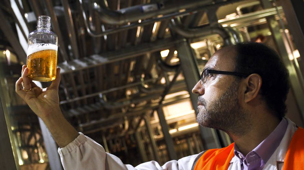 Un técnico examina una cerveza en la fábrica de Mahou en Alovera (Guadalajara).