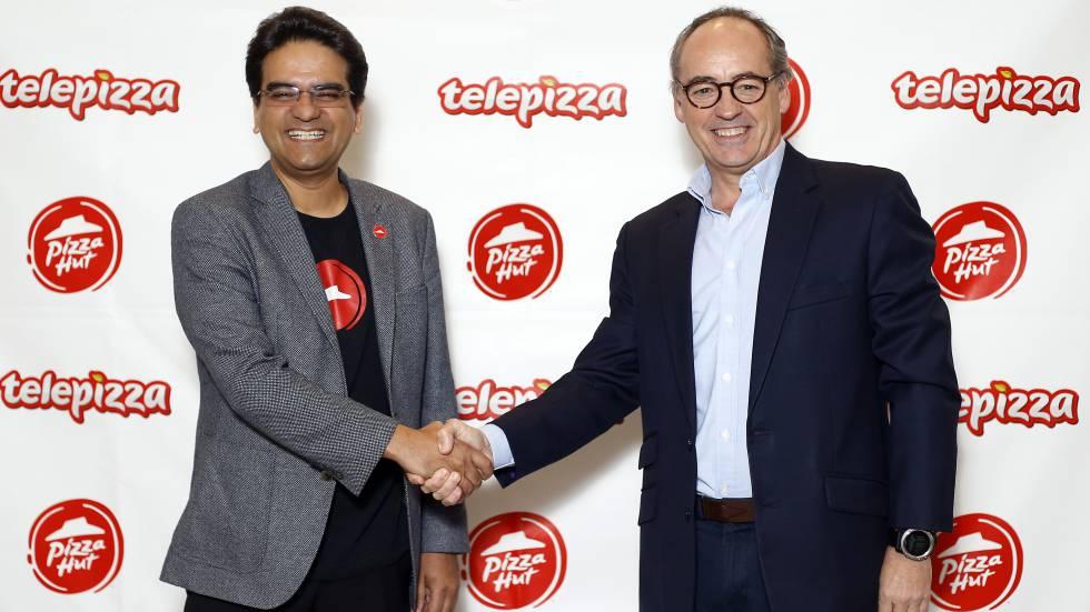 Milind Pant, presidente de Pizza Hut, y Pablo Juantegui, de Telepizza, en una imagen facilitada por la empresa española.