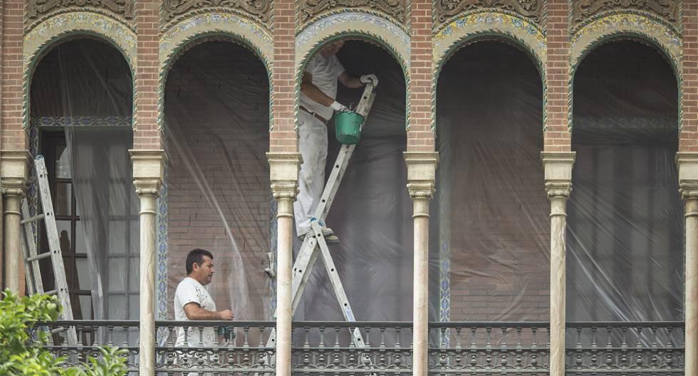 Dos pintores trabajan en un edificio céntrico de Sevilla.rn