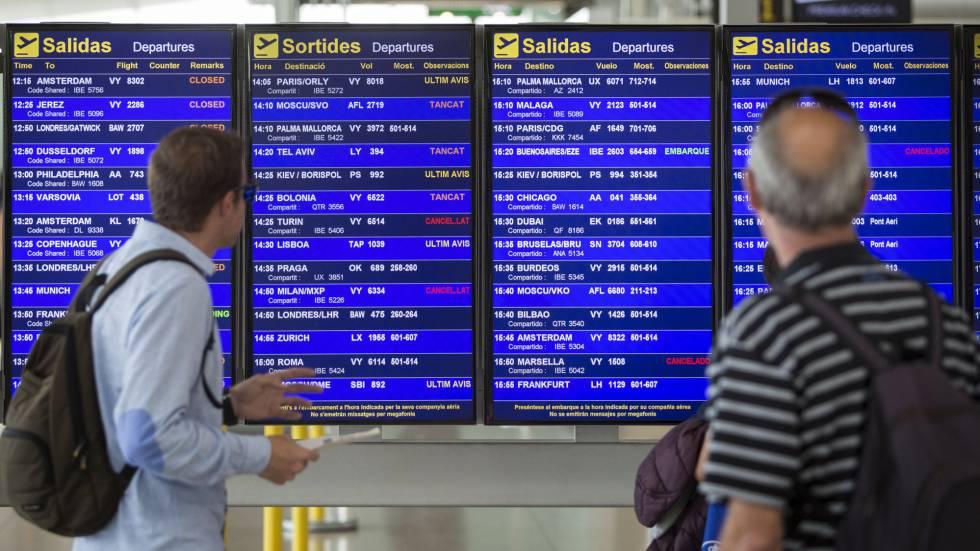 Dos viajeros consultan las cancelaciones ayer en el aeropuerto de El Prat.