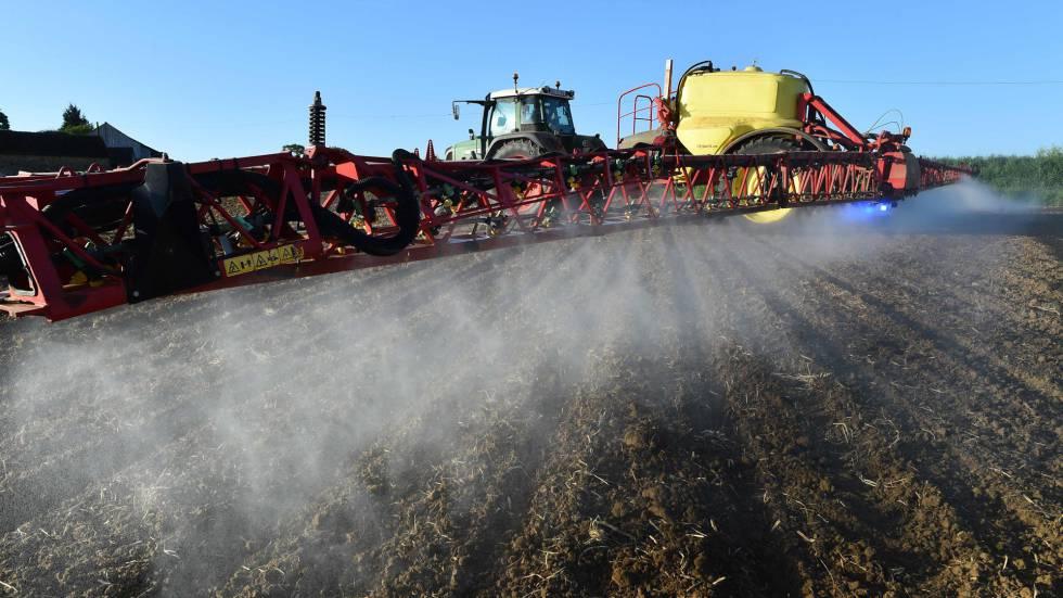 Un agricultor esparciendo herbicidas de Monsanto