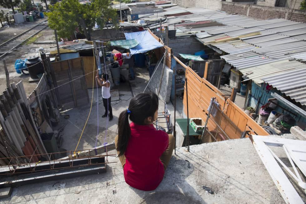 La joven Jazmín, en el techo de su casa de Ecatepec, frente las vías por las que pasa La Bestia.