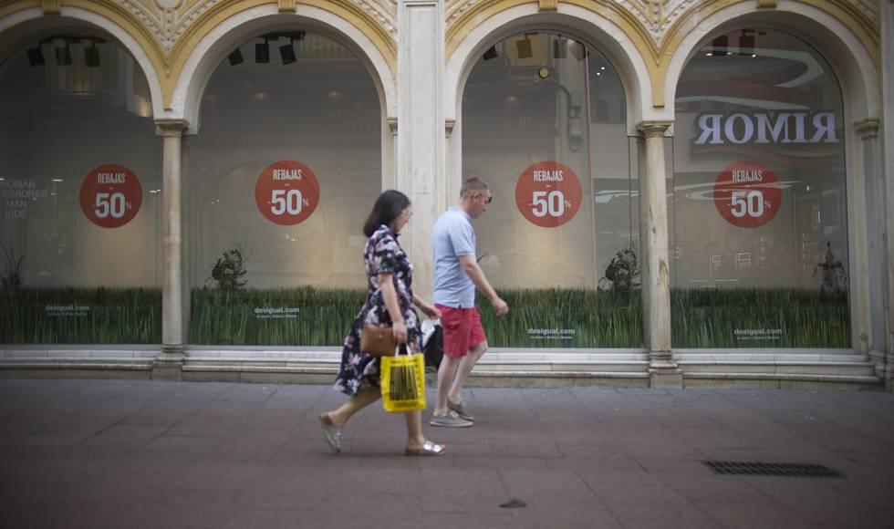 Rebajas en comercios del centro de Sevilla.