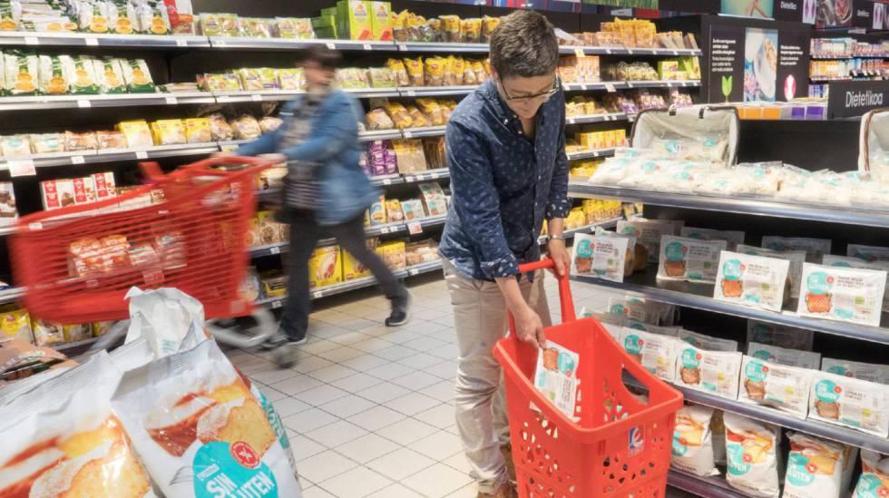 Una mujer compra en un supermercado del País Vasco.