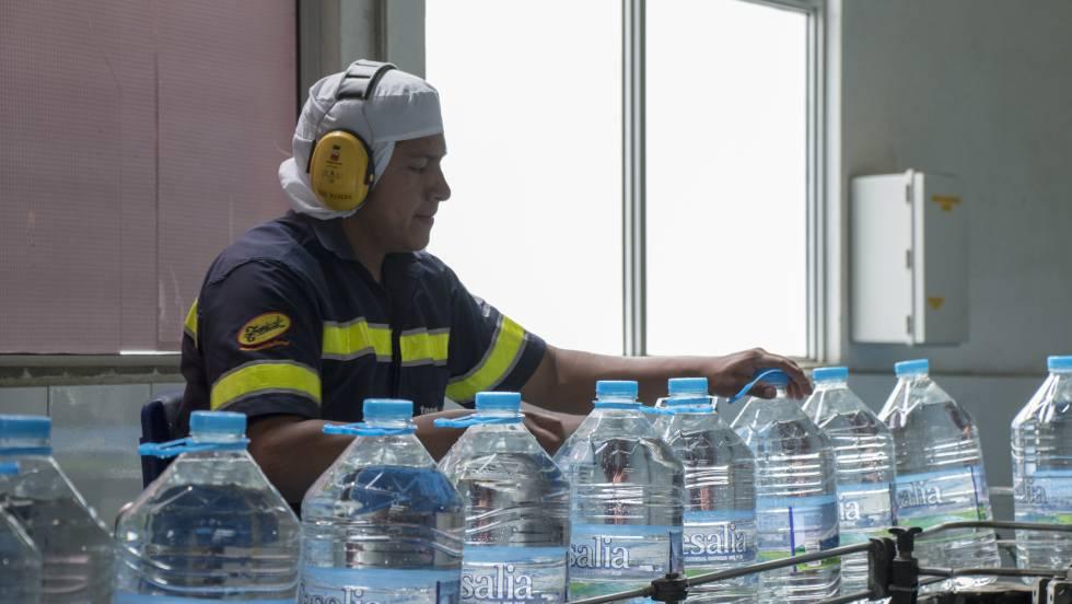 Línea de envasado del agua mineral Tesalia, parte de la cartera de marcas de la firma ecuatoriana que lleva su nombre.