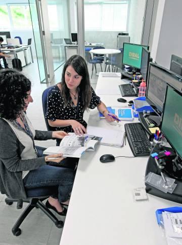 Andrea Belamendia y Garbiñe Prado, en la empresa donde trabajan en Derio, Bizkaia.