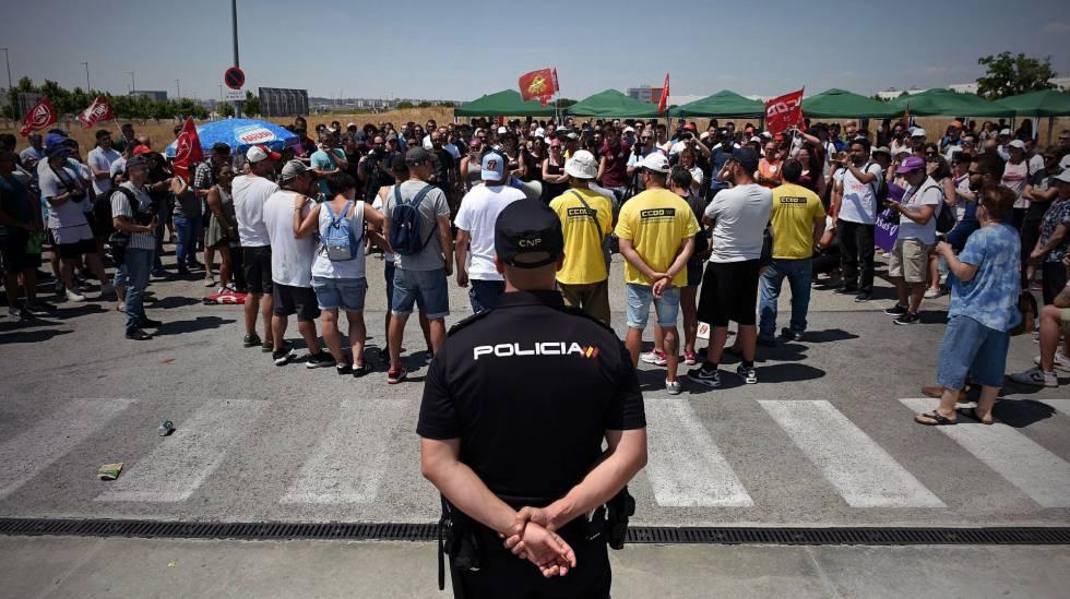 Los trabajadores de Amazon en San Fernando de Henares (Madrid), este miércoles, en la huelga.