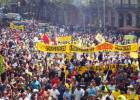 La huelga de taxistas de Madrid y Barcelona obliga a Fomento a convocar una reunión el lunes