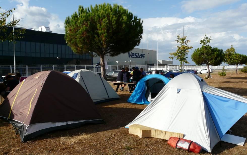 Acampada de trabajadores de Vestas frente a la planta de León, en Villadangos del Páramo (León).
