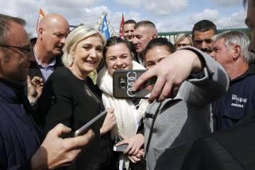 La candidata di destra Marie Le Pen, con gli operatori Whirlpool di Amiens.