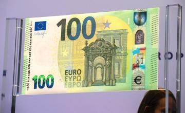 El nuevo billete de 100 euros expuesto este lunes en la sede del BCE.