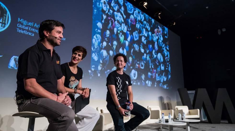 De derecha a izquierda, Gonzalo Martín-Villa, director global de Innovación, Helena Díez-Fuentes, conductora del evento y Miguel Arias, responsable de Wayra, durante la presentación.