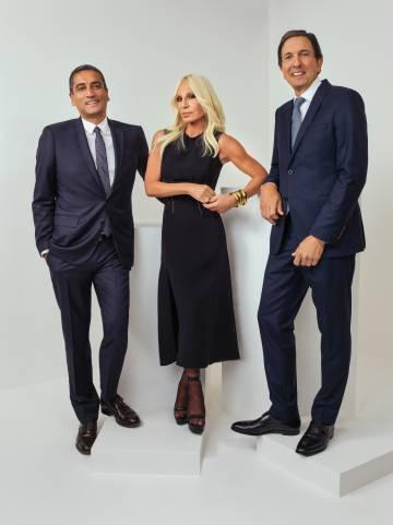 Jonathan Akeroyd, consejero delegado de Versace, con Donatella Versace y  John D. Idol fe5c3b4d36
