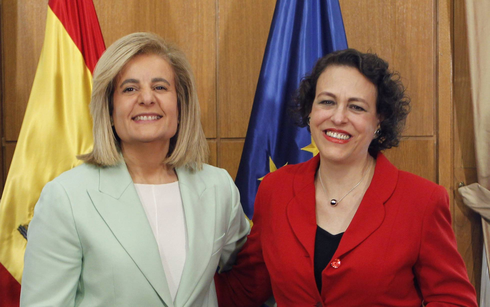 La exministra de Trabajo, Fátima Báñez (i.), con su sucesora, Magdalena Valerio.