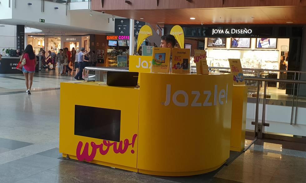 Un puesto de venta de Jazztel en Madrid.