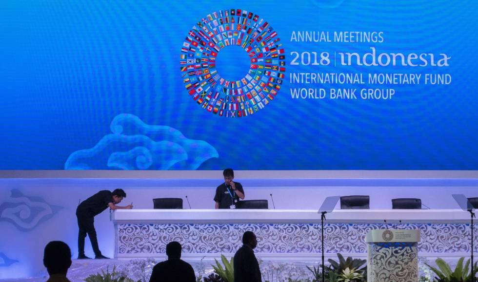 Operarios ultiman los preparativos para la reunión anual del FMI y el Banco Mundial en Bali.