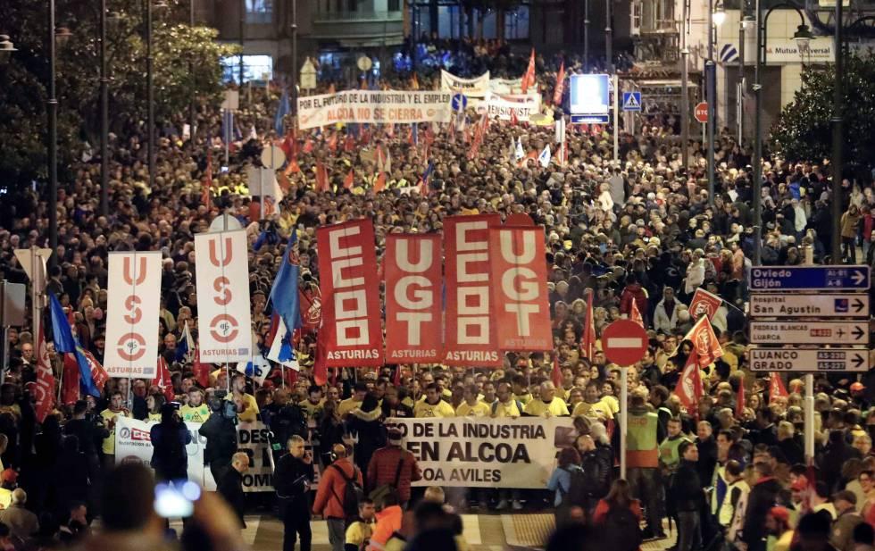 Multitudinaria manifestación contra el cierre de Alcoa en Avilés, el jueves pasado.