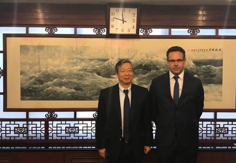 El presidente del Banco Popular de China, Gang Yi, recibe a su par argentino,Guido Sandleirs, el miércoles en Pekín.