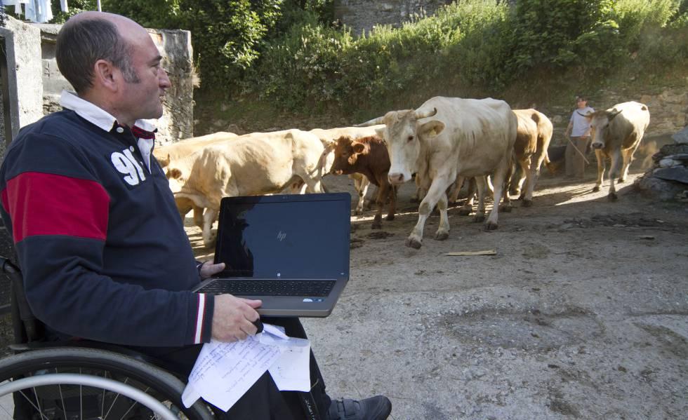 Un discapacitado usa la red wifi rural de Teixeira do Courel (Lugo).