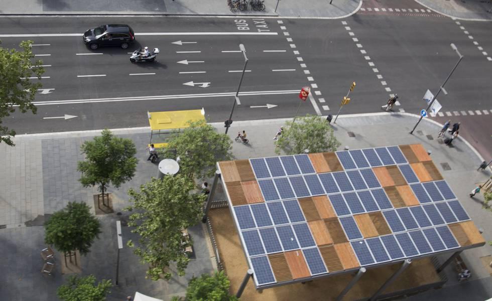 Pérgola fotovoltaica, con placas solares en la cubierta, en la plaza del Centro, Barcelona.