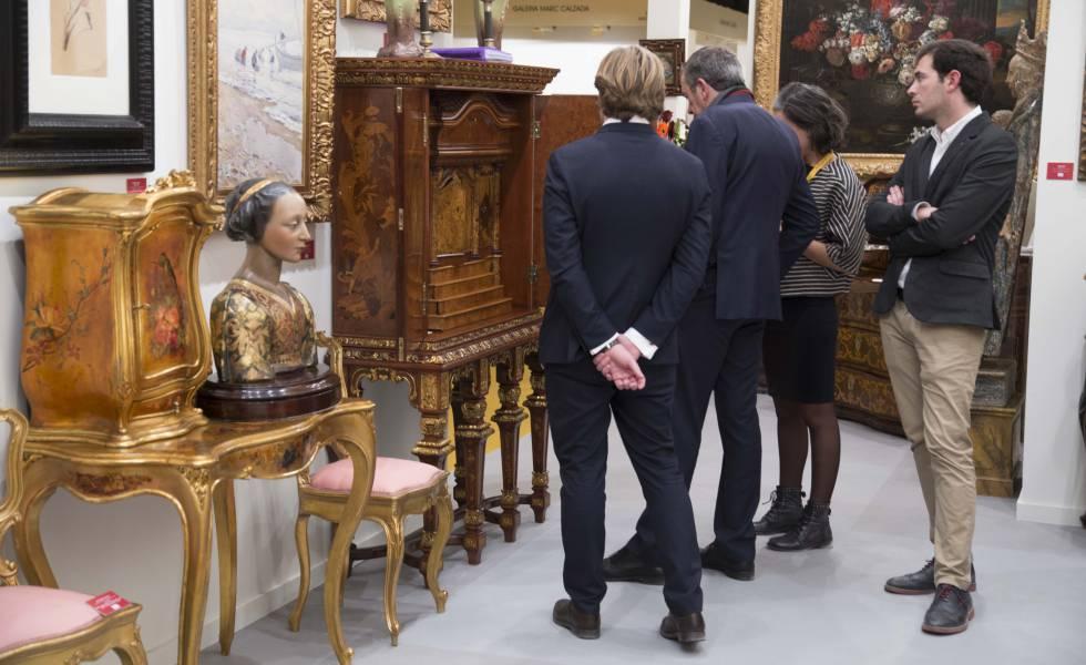 Los visistantes se interesan por las antigüedades en Feriarte 2017. e2e2d3cf93a